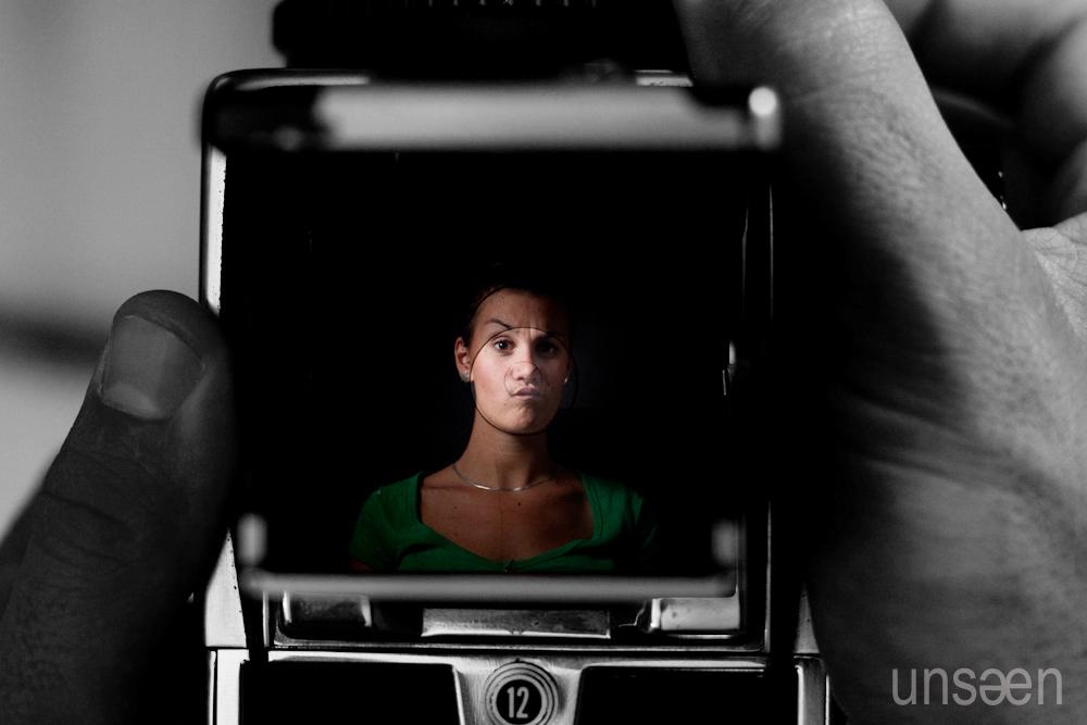 portrait se reflétant sur le verre dépoli du viseur d'un hasseblad 500cm