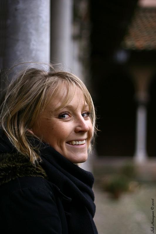 portrait d'une jeune fille souriante au 50mm
